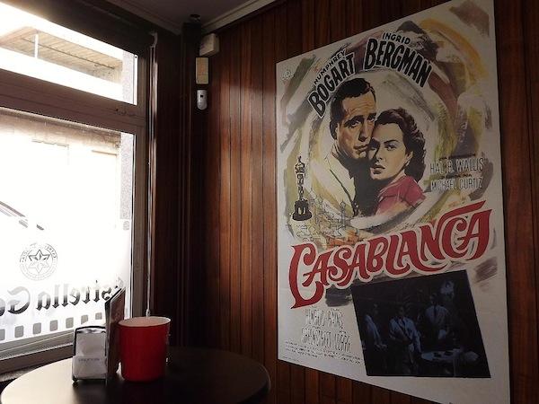 Sentirse Humphrey Bogart o Ingrid Bergman disfrutando un café Bombón en Villalba