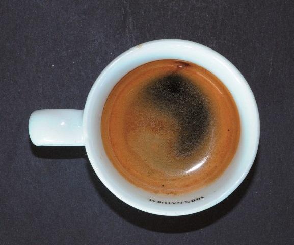 Crema clara, sin consistencia y de baja duración, incluso puede tener un agujero negro