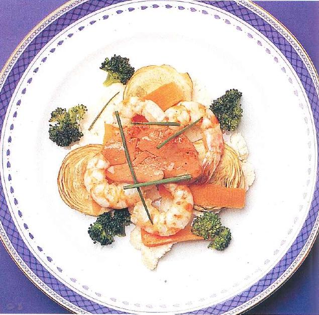 Ensalada de verduras con langostinos, foie y vinagreta de café