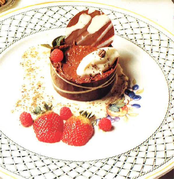 Postre de chocolate con crema de queso fresco y café