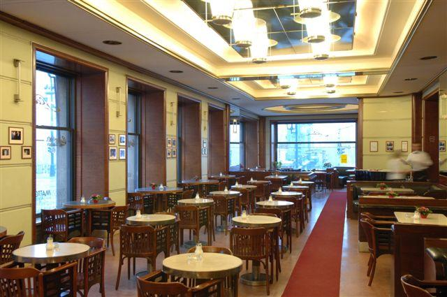 Café Slavia (Praga), leyenda entre los cafés europeos y lugar de encuentro de artistas intelectuales