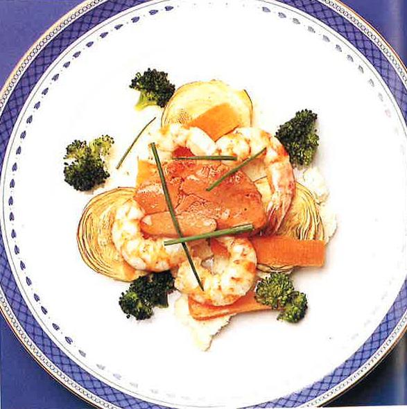 Ensalada de verduras de invierno con langostinos, foie y vinagreta de café