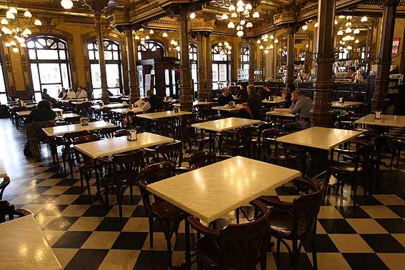 Café Iruña, espacio de referencia para los pamploneses y testigo privilegiado del paso de los años.