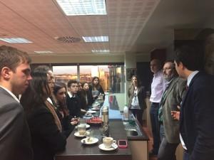 Los estudiantes degustando BOU café